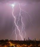 在地平线的城市闪电 免版税库存照片