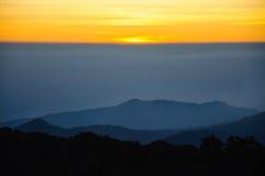 在地平线的第一阳光在清迈,泰国 免版税图库摄影