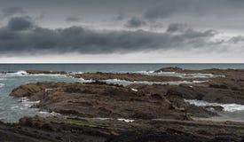 在地平线的黑暗的云彩 库存照片