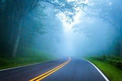 在地平线驱动的浓雾在Shenandoah国家公园,弗吉尼亚 免版税库存图片