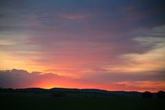 在地平线,天际的自然日落日出太阳 温暖的颜色 免版税库存图片