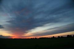 在地平线,天际的自然日落日出太阳 温暖的颜色 库存照片