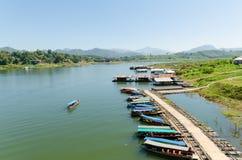 在地方做的竹浮游物,北碧,泰国的小船 图库摄影