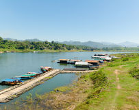 在地方做的竹浮游物,北碧,泰国的小船 免版税库存照片