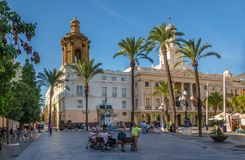 在地方圣胡安与教会和市政厅的de Dios在卡迪士-西班牙 图库摄影