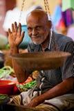 在地方市场上的卖主在斯里兰卡- 2014年4月2日 库存图片