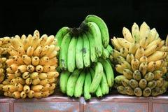 在地方市场上的卡文迪许香蕉 库存图片