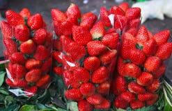 在地方市场上的新鲜的草莓在曼谷。 库存图片