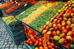 在地方干草的商业水果和蔬菜食物 免版税图库摄影