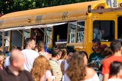 在地方快餐供营商的人人群买的街道食物 免版税库存图片