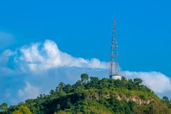 在地方的上面的小山区域安装的流动塔 库存照片