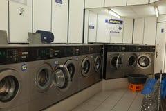 在地方自已服务洗衣店的巴黎,法国2018年6月02日洗衣机 图库摄影