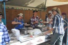 在地方节日的烹调和服务的食物 免版税图库摄影