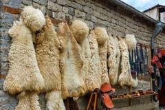 在地方街道的看法在Lahich,有袋子、纪念品和草本的商店 传统高加索羊皮毛皮 免版税库存照片
