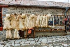 在地方街道的看法在Lahich,有袋子、纪念品和草本的商店 传统高加索羊皮毛皮 免版税图库摄影