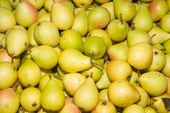 在地方水果市场义卖市场的水多的成熟梨 免版税库存图片