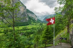 在地方Trummelbach秋天附近的瀑布谷在Swissland 库存照片