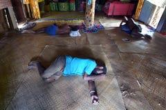 在地板上浪费的土产斐济人位置在喝全部以后 图库摄影