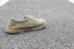 在地板上的一双肮脏的鞋子 免版税库存照片