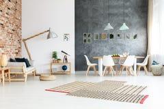 在地板上的不对称的地毯 库存照片