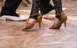 在地板上的两位探戈舞蹈家激情 免版税库存照片