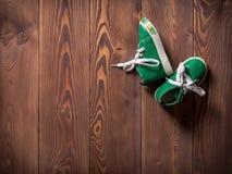 在地板上的两双运动鞋 免版税库存照片