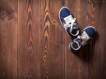 在地板上的两双运动鞋 库存照片