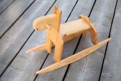 在地板上的传统木摇马玩具 免版税库存照片