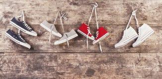 在地板上的体育鞋子 免版税库存照片