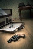在地板上的侦探公文包 免版税库存图片