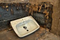 在地板上的卫生间水槽 免版税库存图片