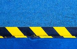 在地板上的危险警告油漆 库存图片