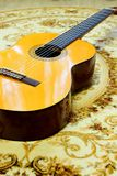 在地板上的古典吉他 免版税库存图片
