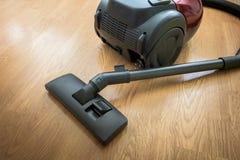 在地板上的吸尘器 库存照片