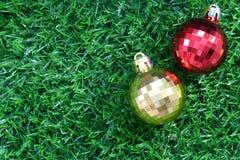 在地板上的圣诞节球 库存图片
