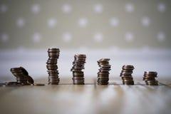 在地板上的堆堆积的硬币 图库摄影