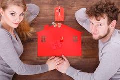 在地板上的夫妇与标志 图库摄影