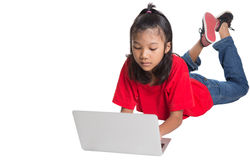 在地板上的女孩与膝上型计算机IV 免版税库存图片