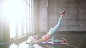 在地板上的女性执行的瑜伽asanas 向下狗和眼镜蛇姿势20s 4k 影视素材