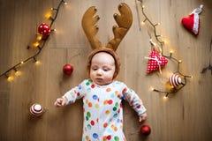 在地板上的小男婴在圣诞节时间 免版税库存照片