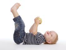 在地板上的小男孩 免版税库存图片
