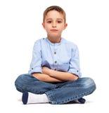 在地板上的小男孩Sitted 免版税库存照片