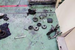 在地板上的工具在工作场所区域 免版税图库摄影