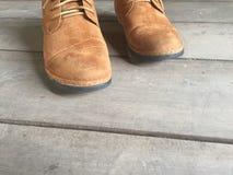 在地板上的布朗皮鞋 库存图片