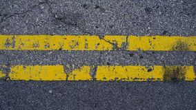 在地板上的平行的黄线 免版税库存图片