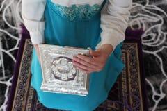 在地板上的年轻美丽的穆斯林在清真寺 图库摄影
