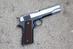 在地板上的手枪 免版税库存照片
