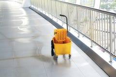 在地板上的拖把桶在办公楼 免版税库存照片