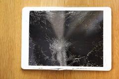 在地板上的损坏的片剂计算机lcd显示 库存图片