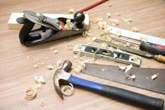 在地板上的木匠业工具和刨花 库存照片